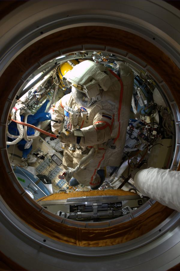Space suits in the Russian airlock / Raumanzuege in der russischen Luftschleuse http://t.co/TEek11J0Na
