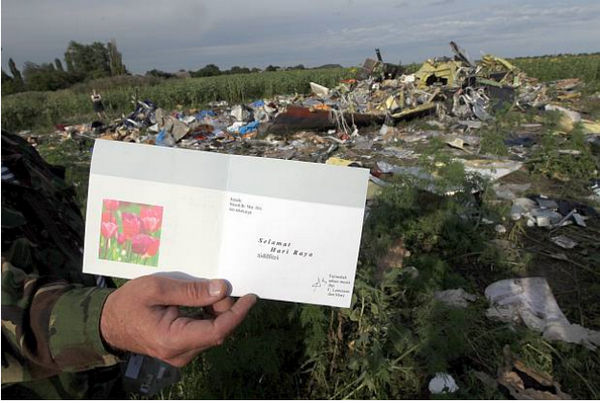 Hari Raya Card was found at the location. This is heartbreaking. #MH17 http://t.co/spJglEpUmC