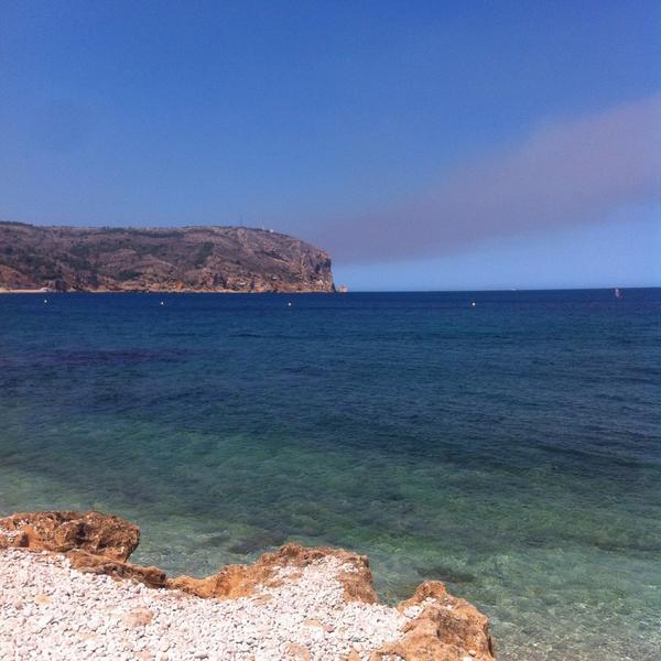La columna de fum ha rodat el cap de Sant Antoni #Xàbia #incendi #Benitatxell #ifbenitatxell http://t.co/jM3N0jWVHi