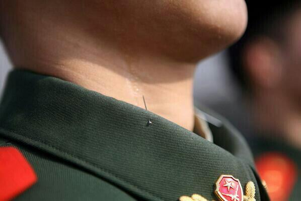 RT @Learn_Somethlng: This is how Chinese soldiers keep their posture. http://t.co/5MBwD1UpQg