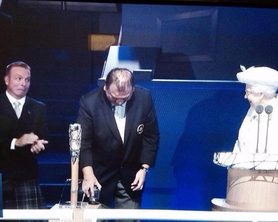 Sir Chris Hoy's face is just brilliant. Eye contact with the Queen. #Glasgow2014 #CommonwealthGames #openingceremony http://t.co/lGc6c4doCX
