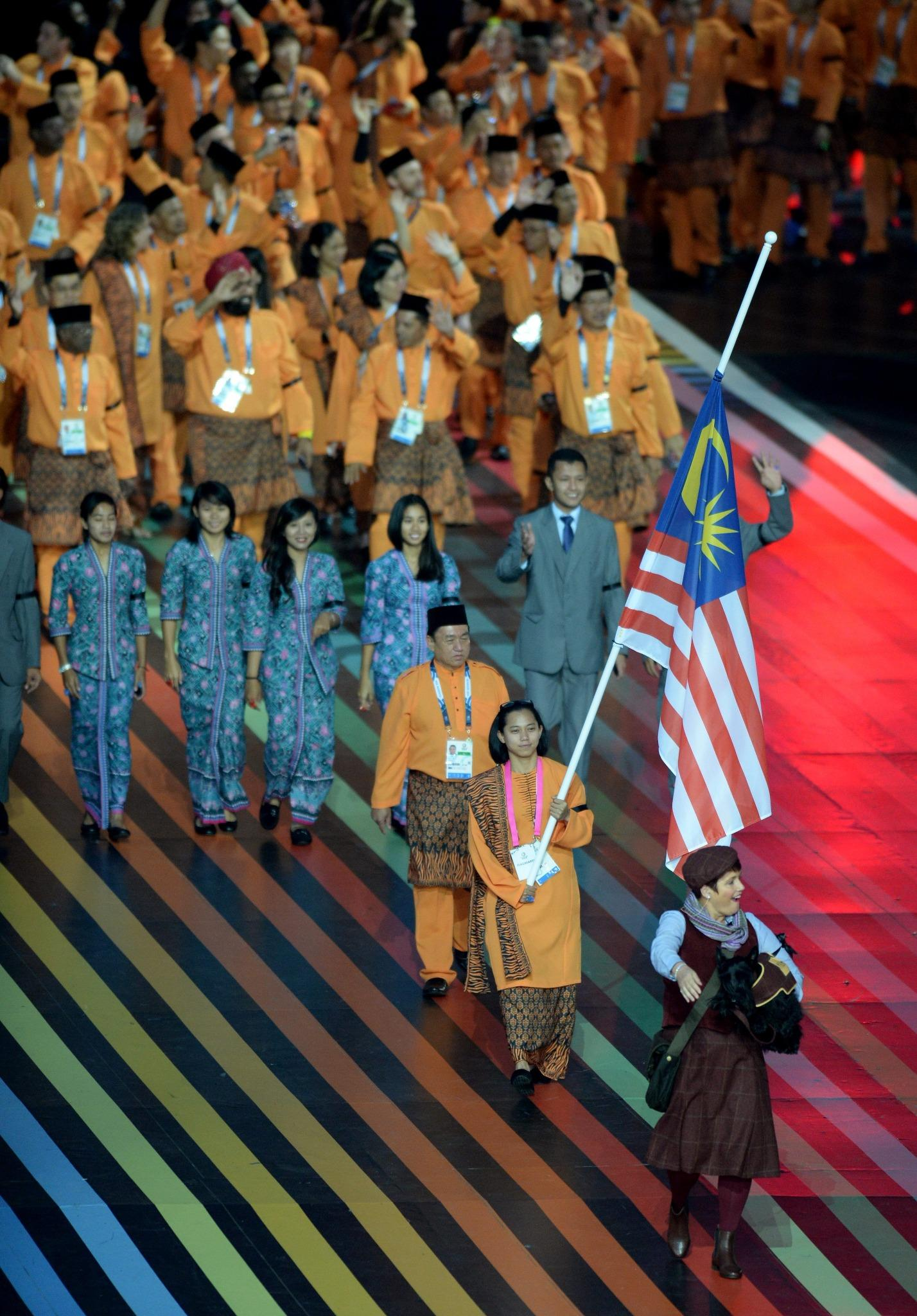 RT @EveningTimesPic: The Malaysian team fly their flag at half mast in memory of MH17 Pic @pontyphoto #Glasgow2014 #openingceremony #MH17 h…