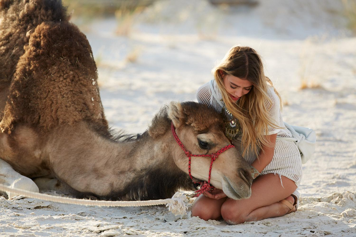 Go behind the scenes with the stars of our lookbook: @joannahalpin and Mitchell the camel! 🐪 http://t.co/GWfnmikEef http://t.co/i9UoAF4oGw