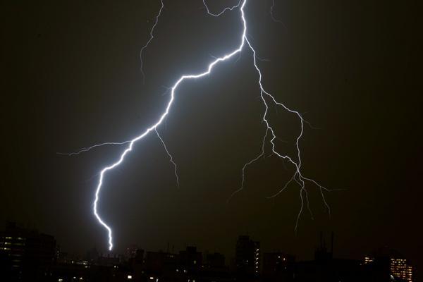 都心を襲う稲妻を激写なう!(*´◡`*) 生まれて初めて雷を撮れたよ、うれし~(*'▽') http://t.co/QjF6r05S0A