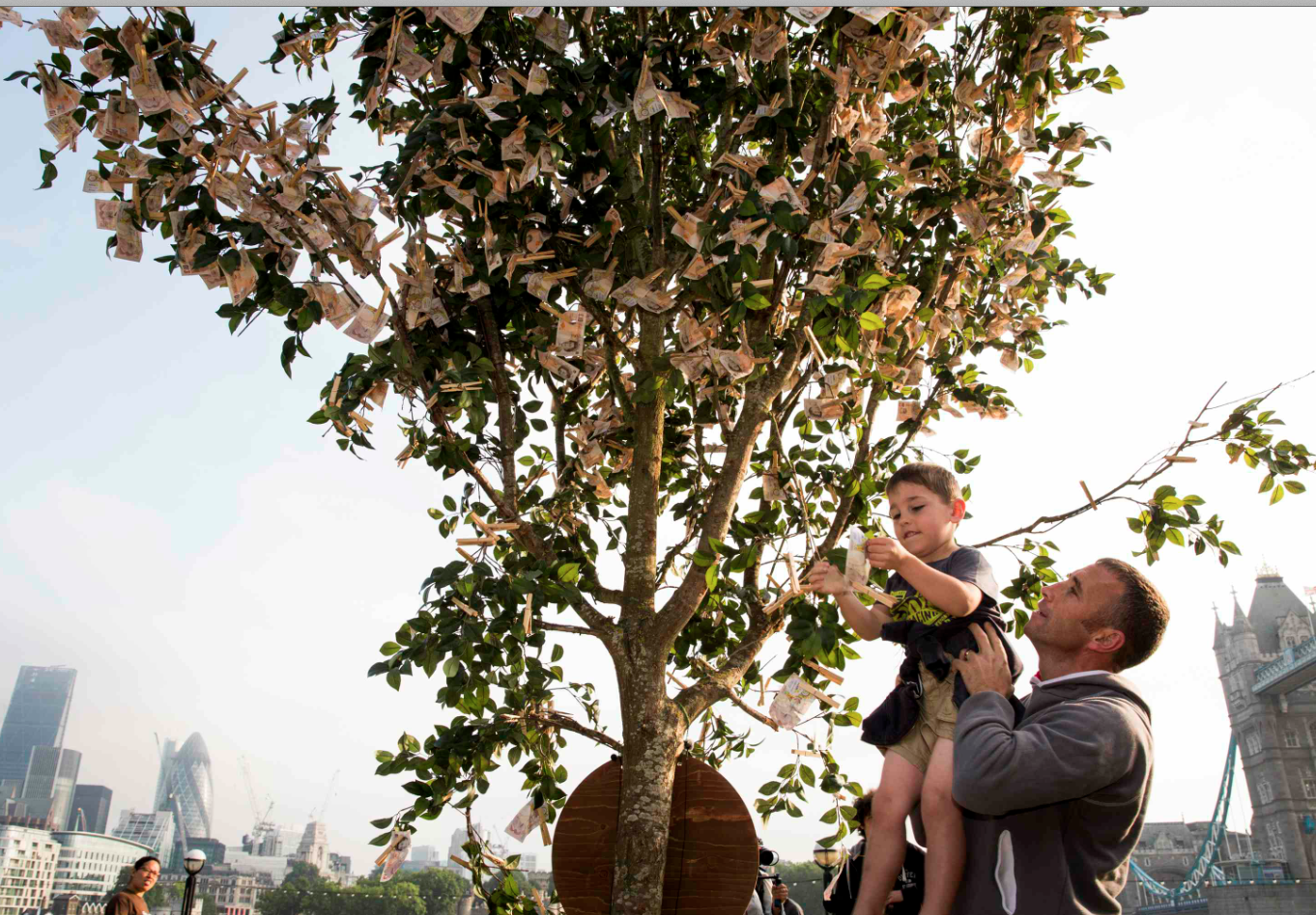 Money really does grow on trees! We've spent the morning with @SunLifeUK at Potters field #MoneyTree http://t.co/NH0AgE8aO7