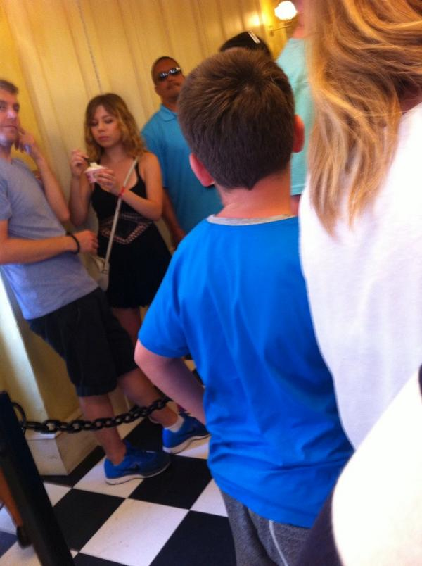 Oh yeah, I saw @jennettemccurdy when I was on holiday #TheWizardingWorldOfHarryPotter http://t.co/YNQ7eXiNT1
