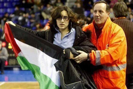 حفيدة جيفارا تقتحم أحد المباريات في البرازيل وترفع علم فلسطين.   #Gaza #Palestine  #HelpGaza http://t.co/5wY6wtDidU