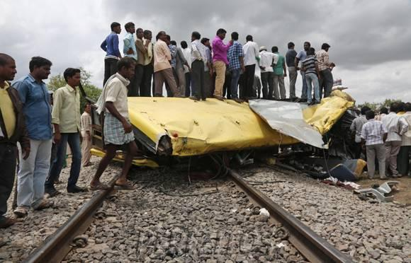 Deadly Crash Kills 18 Children In India After Train Hits School Bus http://t.co/XJQBKfBEo4 R.I.P. :'( http://t.co/9im8OQ1BDl