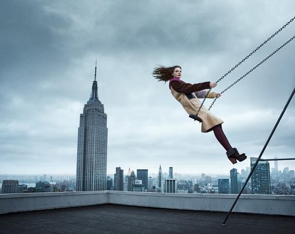 カルチャーに好奇心旺盛な女性像のスピリットと、3.1 フィリップリムのIndependentなスピリットを背景に、NYの高層ビル群の風景の中で撮影されたキャンペーンヴィジュアルは、非現実的な中でFREEDOMの魅力を表現しています。 http://t.co/boGIAQtMSz
