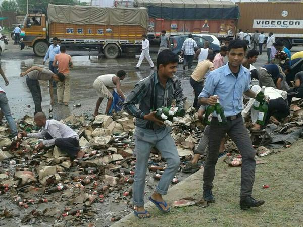 """""""@AarSee:truck loaded with cartons of beer met an accident on Jaipur-Ajmer You will never see a happier accident site http://t.co/SbSyuBvnKP"""