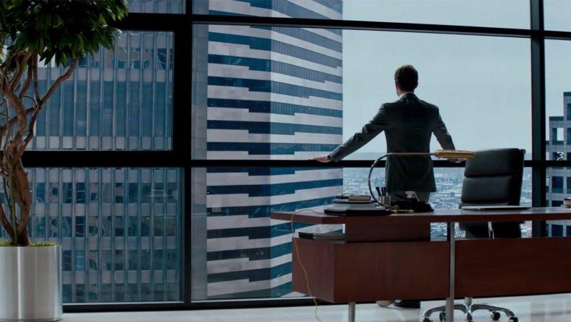 OK, we're officially obsessed with the new #FiftyShades movie trailer. WATCH: http://t.co/tJkrniEU1H http://t.co/jRHHbXC8wI
