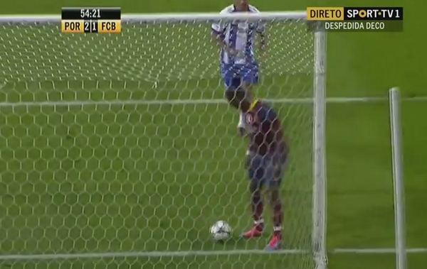 Samuel Etoo does the Wait on the Line prank to score for Barcelona 2006 v Porto 04 [Video]