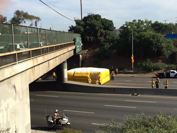 Inflatable mattress in the middle of the 5 Fwy..Traffic stopped.. suspected tagger won't come down. #SigAlert @KTLA http://t.co/l2yECbKtCY