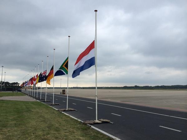 Dag 4 -en voorlopig laatste- van luchtbrug Charkov-Eindhoven. Rond 16.00 uur komen 38 grafkisten #MH17 aan. #hvnl http://t.co/ZqJVZmAQm8