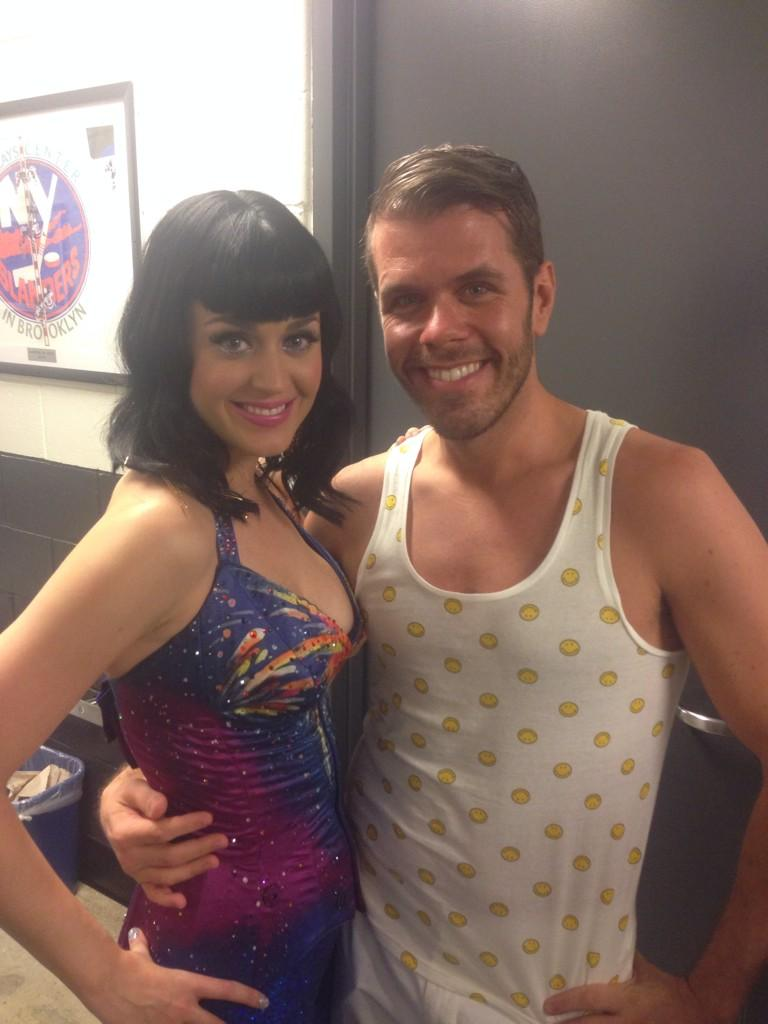 This is how we do! My old school chica, @KatyPerry, and me! 💗💗💗 #KatyPerry #PerezHilton http://t.co/gwA4jXaEve