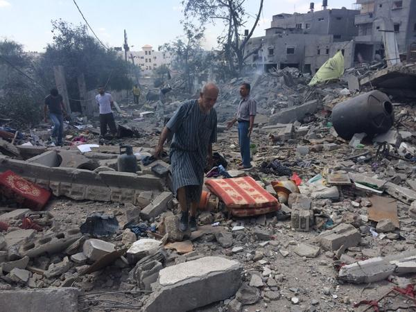 Palestinians look for salvageable goods amidst the debris in Beit hanoun #gaza http://t.co/3B6KnD6GZK