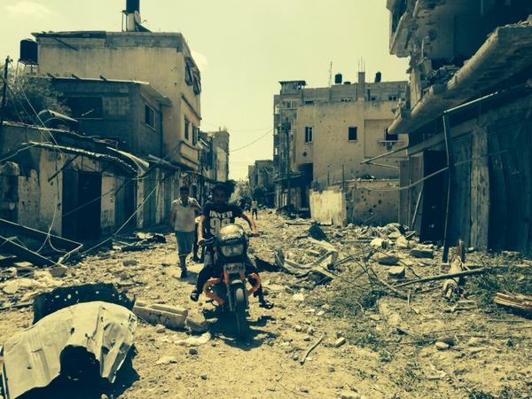 Beit Hanoun. People return to find neighborhood in ruins. Residents just stunned.  Almost quiet. They're in shock. http://t.co/oILNsVTJI8
