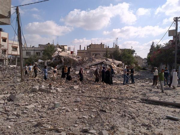Gaza refugees stream back into Beit Hanoun in #Gaza, only to find that their homes have been destroyed, lives ruined http://t.co/1wPSW1jPDV