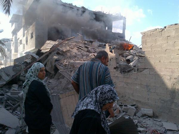 One by one, members of the Kefarneh family arrive & burst into tears on seeing their house flattened, in flames #Gaza http://t.co/8V4OcCLNdB