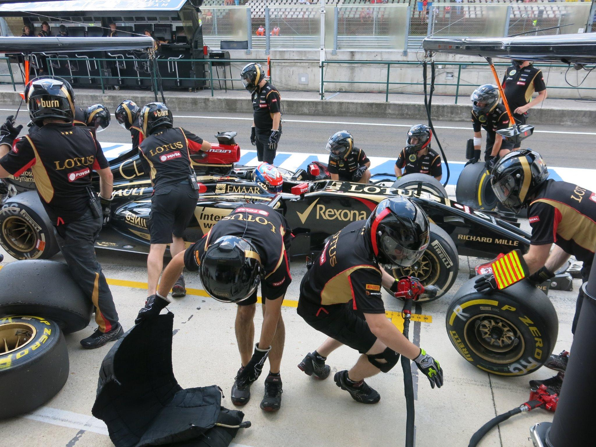 RT @Lotus_F1Team: And a little 'what happens next' from the final pit stop of the session for @RGrosjean #HungarianGP #F1 http://t.co/x7ufO…