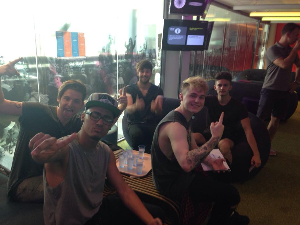 Get your questions into #kingslandrdradio1 http://t.co/RiUzGfwTgQ