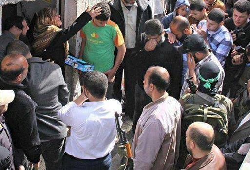 Filistinli anne , oğlunun şehadet müjdesini arkadaşlarına şeker dagitarak kutladı. Allah Boyle kavi iman nasip etsin http://t.co/nKr48a3mYu