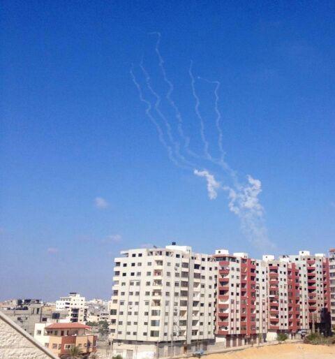 News : 5 roquettes viennent d'être tirées depuis Gaza sur Israël. 4 ont été interceptées. Une a frappé le pays.
