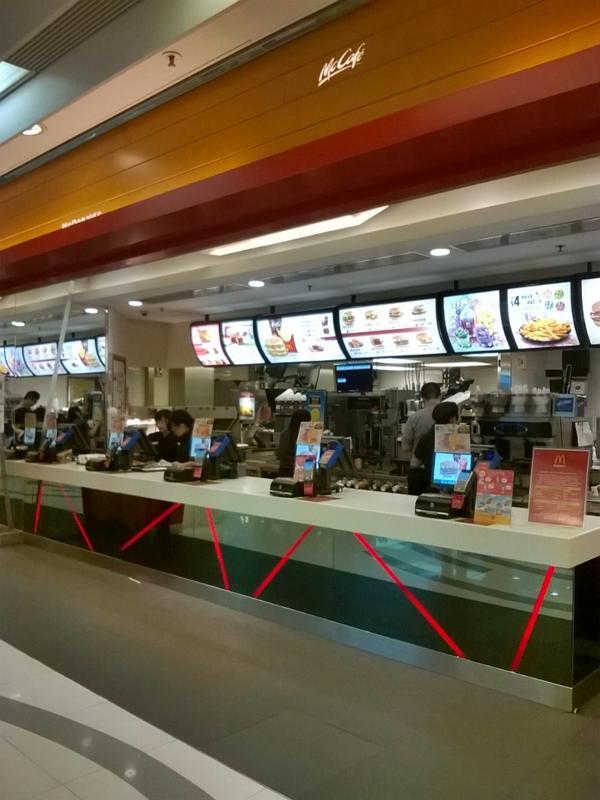 7月26日土曜日の午後1時。香港のマクドナルド。客はゼロです。中国の期限切れ鶏肉問題の影響。 http://t.co/EvbIcAGPLz