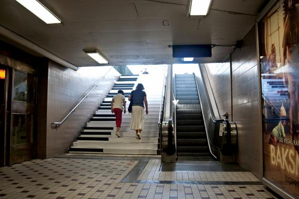 Repainting stairs as piano keys caused 66% fewer people to take the escalator in Sweden. http://t.co/Hro0cSN0Uu http://t.co/nWXpIyIfrs