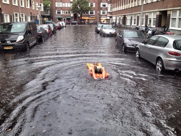 Er neemt hier iemand de naam Rivierenbuurt wel heel serieus #wateroverlast #amsterdam #luchtbed #fb http://t.co/unDzuEYORv