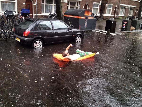 De jongen op het luchtbed nam ook wat selfies #wateroverlast #amsterdam http://t.co/Lmq87rzdue