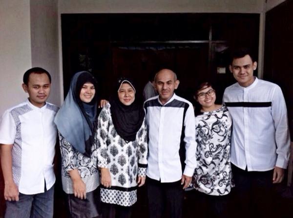 Abnon Selatan On Twitter Seru Banget Tema Hitam Putih Untuk Baju Lebarannya Bang Rifkihan Keluarga Keren D Http T Co Iersdpap9c