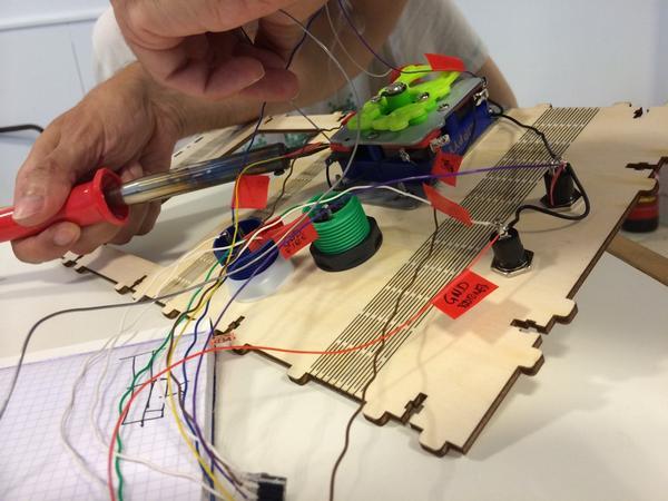 La maestría de @gravstar con el soldador es para verla :) #arcade #mame cc/ @hirikilabs http://t.co/t1v2AO6S3a