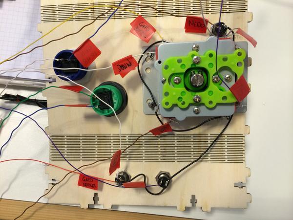 Joystick y botones cableados :D @hirikilabs @tabakalera @DSS2016 #mame #raspberry http://t.co/Fnt9myYznL