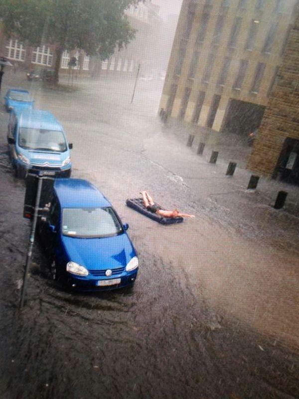 Immer das Beste aus der Situation machen! RT @djcooky78: Beste Idee beim #Unwetter in #Münster  http://t.co/ulZILtc9MN