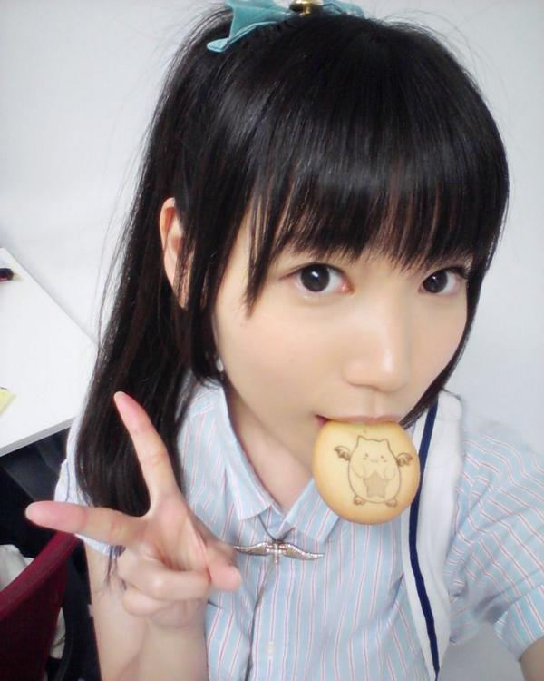 クッキーを食べる相坂優歌