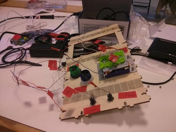 Ya se encienden las primeras Máquinas en el taller de Raspberry Mame que damos @interzonasinfo en @hirikilabs http://t.co/jxETx8UZph