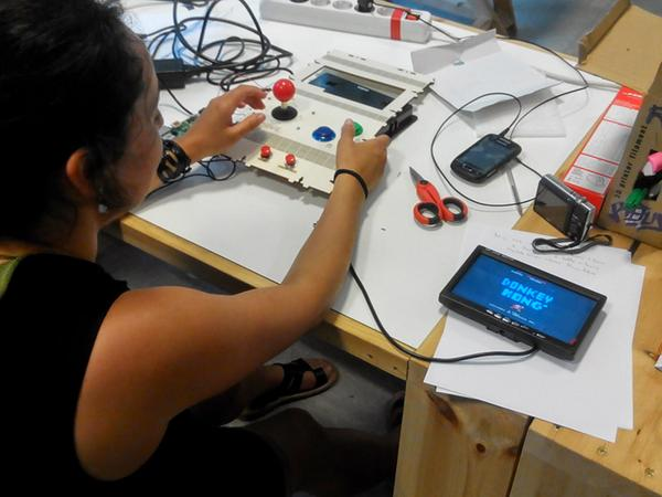 It works! Our @Raspberry_Pi based MAME DIY is running!  Tomorrow we'll finish all the case. #rpi #hirikikas http://t.co/7WXbMbgVEM