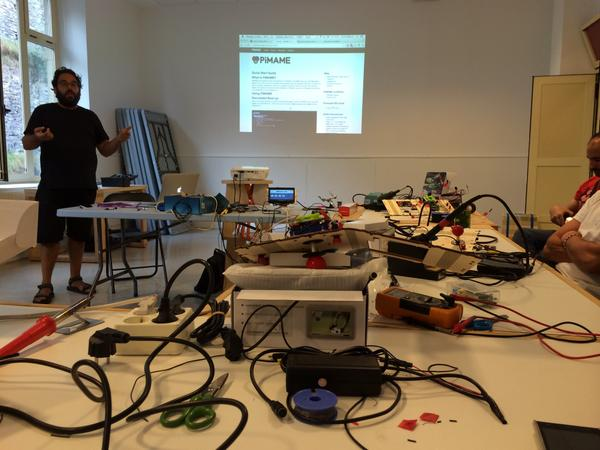 Finalizando por hoy el taller, mañana más!!! :) @DSS2016 @hirikilabs @tabakalera #mame #raspberry http://t.co/0bDgXDpW9a