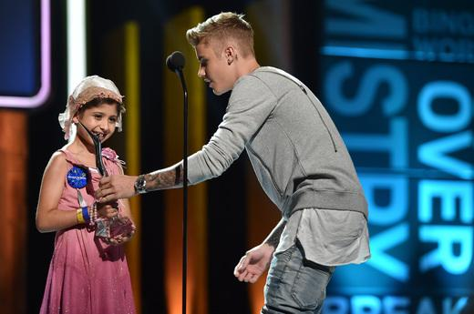Justin presents Grace with his #ChampOfCharity Award! @justinbieber @celebritygrace @MakeAWish #YHA http://t.co/hEcqGoAKIr