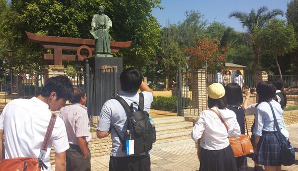 Visitando la estatua de Hasekura Tsunenaga. Expedición de estudiantes japoneses en Coria del Río @aytocoria http://t.co/SAFdeSoMc1