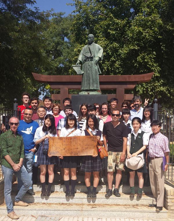 Expedición de estudiantes japoneses visita Coria del Río, con la estatua de Hasekura Tsunenaga @aytocoria http://t.co/gnzSzv6mRj