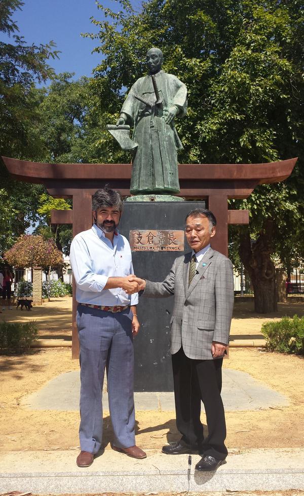 Hasekura Tsunetaka y el Alcalde de Coria del Río @modestopacoria ante la estatua de Hasekura Tsunenaga @aytocoria http://t.co/uspFhKhbHT