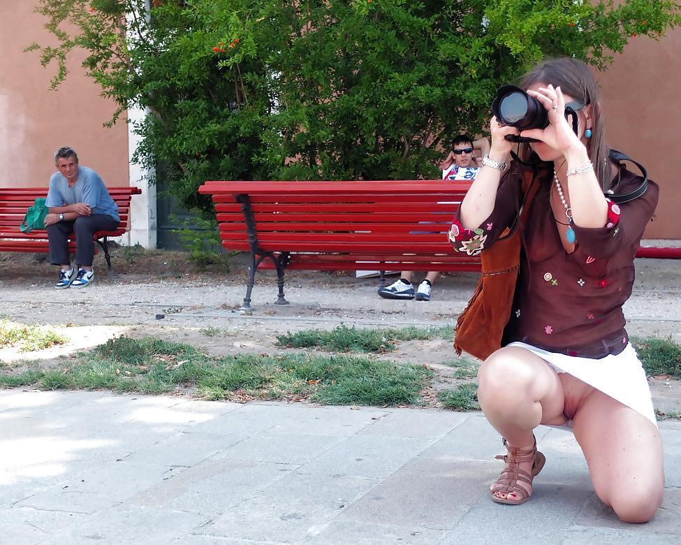 Фото приколи пацани поднемают девчонкам и женщинам юбки ифотографируют на камеру