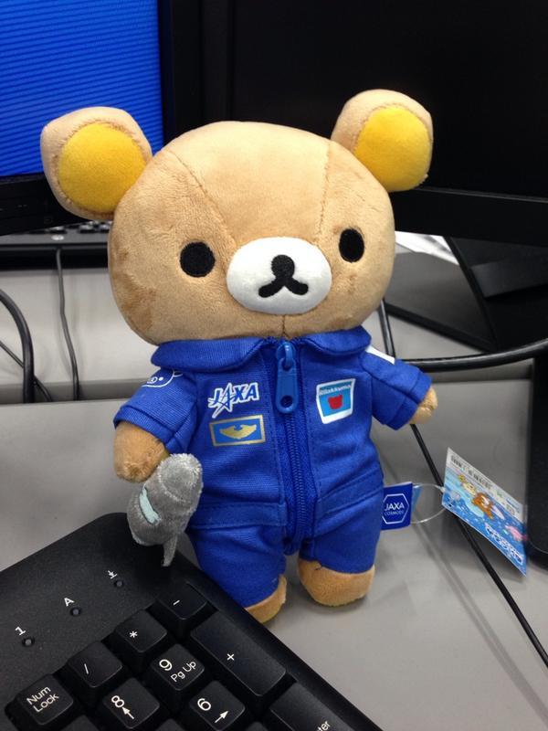 宇宙博限定のJAXAブルースーツ・リラックマを同僚が買ってきました。 http://t.co/2LZTLFR3Xv