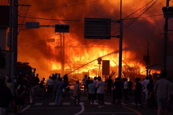 【速報】宇城市小川町の製材所で火災が発生中です。少なくとも近くの民家9世帯が延焼、火災の影響で周辺の466世帯が停電。近隣住民が避難しています。けが人の情報は今現在ありません。写真: @Kumamotokuma3 さん撮影  pic.twitter.com/xyd4U5gz9l