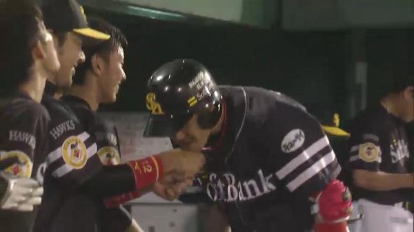 「アゴタッチ」の出迎えの中、本多選手の唇を内川選手が奪う...!? #sbhawks