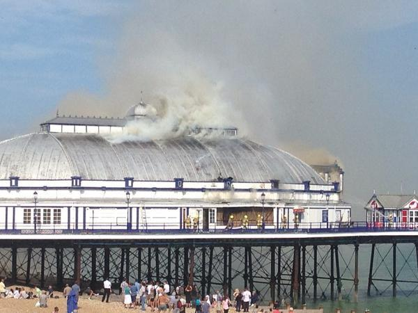 BREAKING: Eastbourne pier is on fire @itvnews http://t.co/RUQKRfpSIu http://t.co/kxVk4JR2Xx