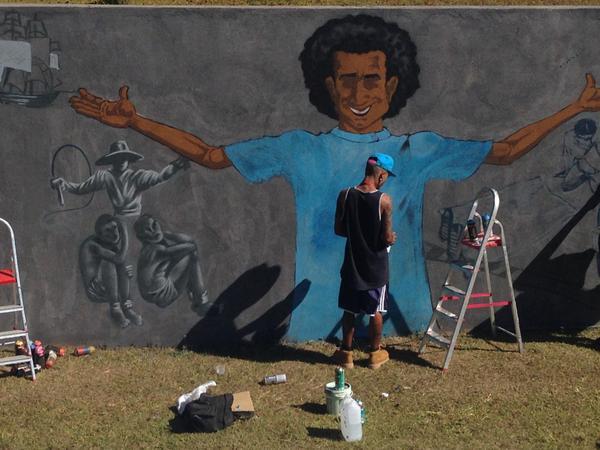 Grafiteiro trabalha no painel comemorativo do Dia Mundial da Juventude no muro da Casa da ONU, cujo tema este ano é