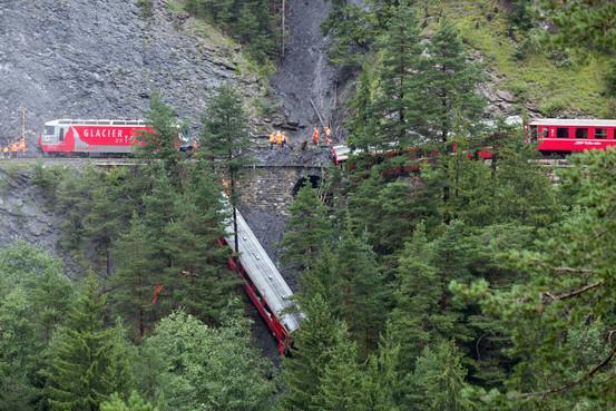 スイスの山岳地帯で13日、乗客約200人を乗せた列車が脱線⇒スイスで列車脱線、土砂崩れで線路流され 日本人も負傷 on.wsj.com/VkX3eY (AP) pic.twitter.com/4LOpFRNxex